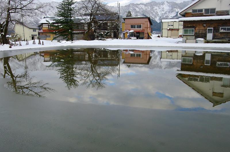田んぼに張られた水に映る風景_201512