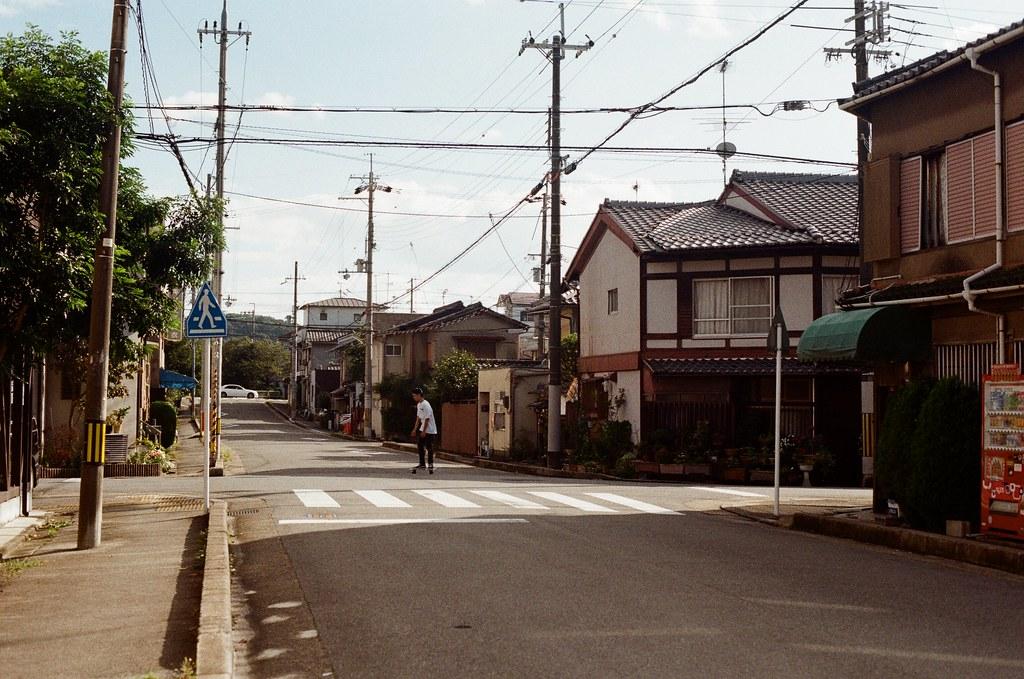 白川通 Kyoto / Kodak ColorPlus / Nikon FM2 2015/09/27 來到了白川通這邊的住宅區裡,那時候真的沒想什麼,因為下午的街道很安靜,我就在這裡隨意走、隨意拍,不看地圖,反正沒有很趕著要到哪裡,京都就這麼大,就算迷了路,也跑不到多遠去。  在一個路口停留了一下,因為發現了一些很可愛的景象,一個路口有滑板少年經過、騎腳踏車的男子、長髮豪邁的阿伯還有電動代步車的阿桑!  這個社區的下午真的有點可愛!  我記得我在這裡悠閒的拍完一捲底片!  Nikon FM2 Nikon AI Nikkor 50mm f/1.4S Kodak ColorPlus ISO200 0986-0035 Photo by Toomore