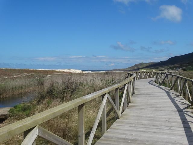 Pasarela de madera en la playa de Traba