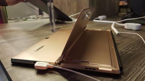 Kickstand ของ Lenovo ideapad Miix 700 กางแบบเดียวกับ Microsoft Surface