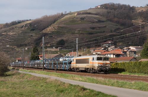 BB7414 avec un train de voitures remontant la rive droite du Rhône