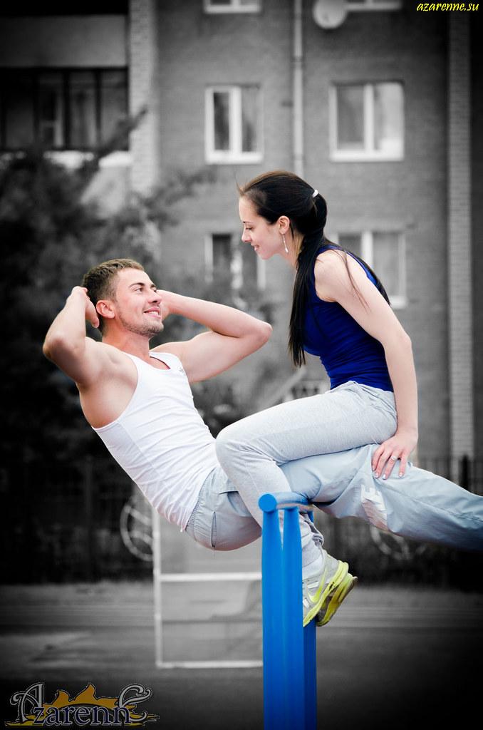 Пара занимается спортом