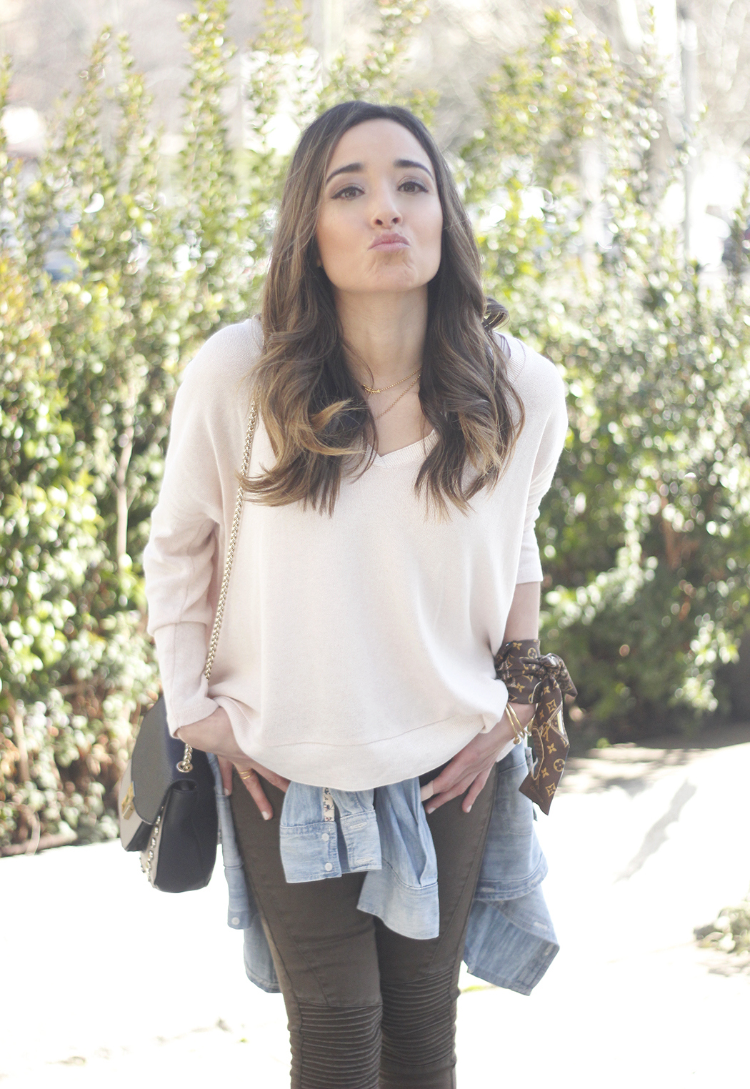 Khaki Pants pale pink sweater uterqüe bag accessories heels fashion outfit05