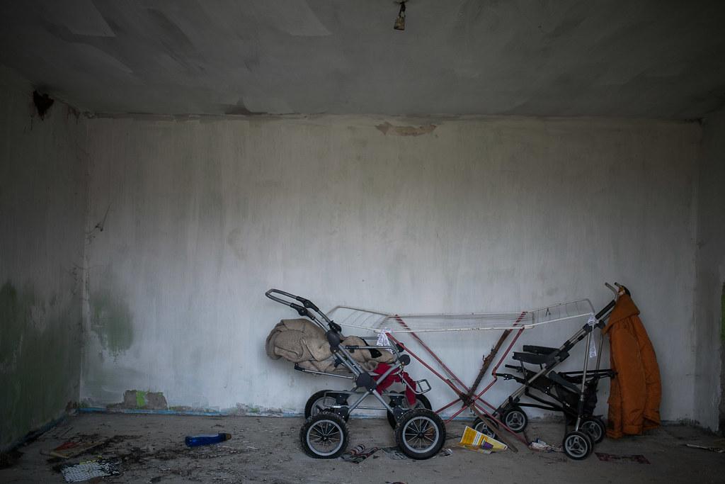 Babakocsik állnak az egyébként már használaton kívüli, lepusztult szobában | Fotó: Magócsi Márton