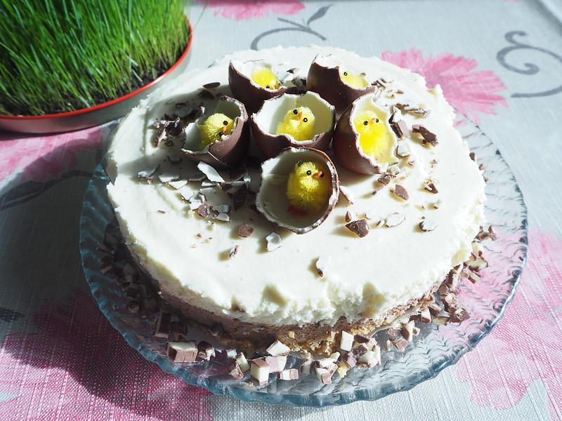 kinderjuustkakku9,kinderjuustokakku14, kinder kakku, kinder cake, kinderjuustokakku, kinder cheese cake, recipe, resepti, miten tehdä, koristeet, tiput, chicks, decoration, baking the cake, dessert, jälkiruoka, ruoka, food, easter, pääsiäinen, ohje, kinder, suklaa, valkosuklaa, maitosuklaa, white chocolate, milk chocolate, cake, kakku, kakkauohje, cake recipe, pääsiäistiput, vihreä rairuoho,
