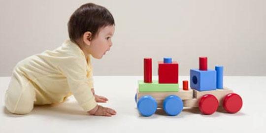 Trẻ sơ sinh thường bồn chồn khi chơi đồ chơi có đáng lo?