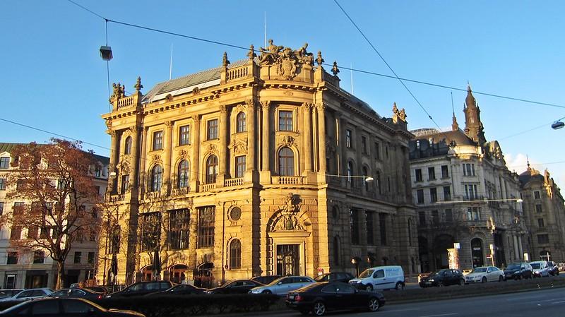 Goldengelchen-Winter in München-Lenbachplatz
