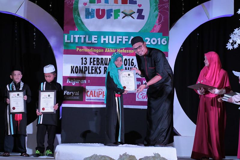 Pengarah Urusan Raffelinna menyampaikan hadiah UTAMA kepada adik Nurul Iman 1