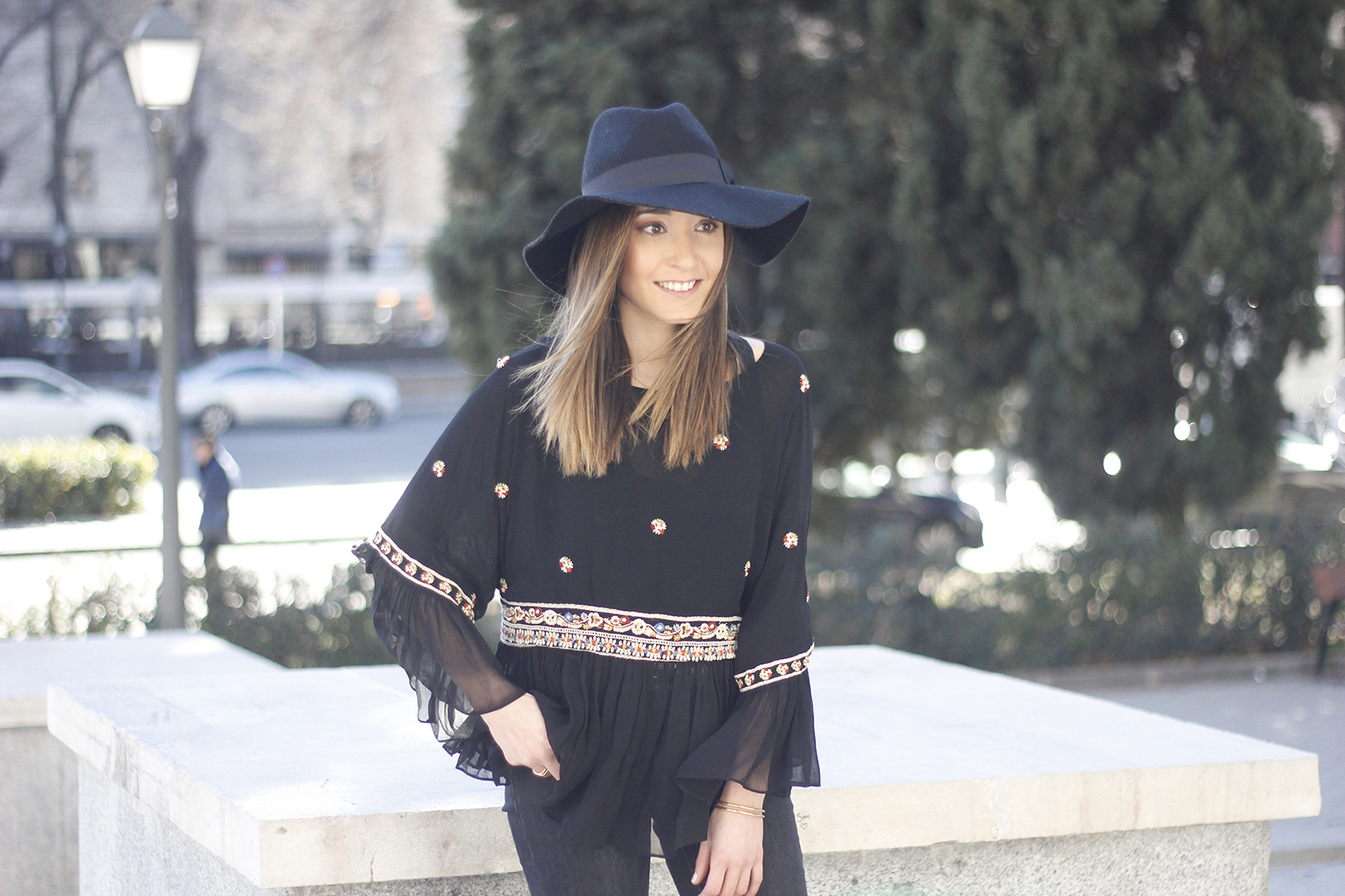 flared jeans boho blouse hat accessories outfit fashion06