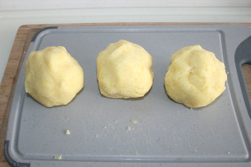 23 - Kloßteig in drei Portionen teilen / Part dumpling dough in three portions