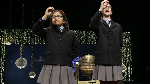crianças cantando os números da Loteria de natal em Espanha