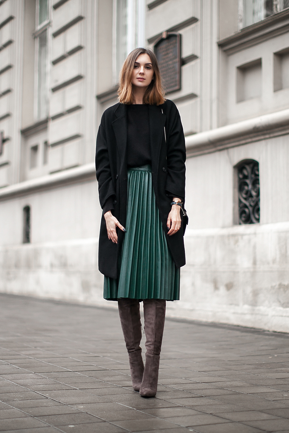 how-to-wear-pleated-green-pu-skirt-outfit-ideas
