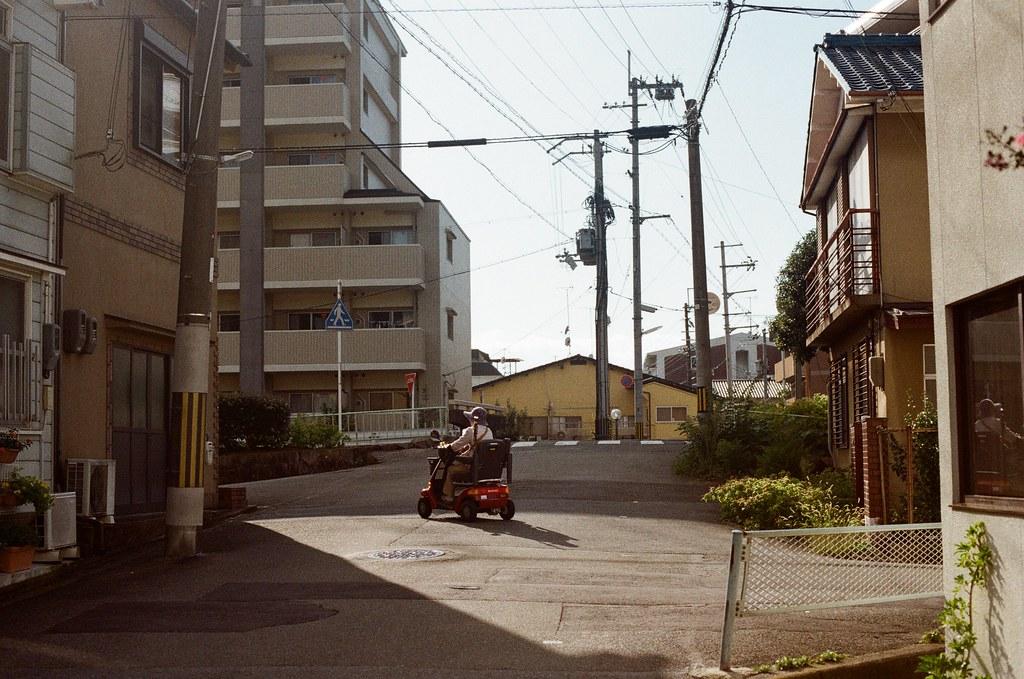 白川通 Kyoto / Kodak ColorPlus / Nikon FM2 2015/09/27 來到了白川通這邊的住宅區裡,那時候真的沒想什麼,因為下午的街道很安靜,我就在這裡隨意走、隨意拍,不看地圖,反正沒有很趕著要到哪裡,京都就這麼大,就算迷了路,也跑不到多遠去。  在一個路口停留了一下,因為發現了一些很可愛的景象,一個路口有滑板少年經過、騎腳踏車的男子、長髮豪邁的阿伯還有電動代步車的阿桑!  這個社區的下午真的有點可愛!  我記得我在這裡悠閒的拍完一捲底片!  Nikon FM2 Nikon AI Nikkor 50mm f/1.4S Kodak ColorPlus ISO200 0986-0038 Photo by Toomore