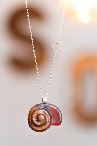 colgante caracol en cobre y plata