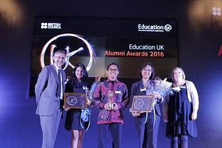 Duta Besar Inggris untuk Indonesia, ASEAN dan Timor Leste Moazzam T Malik, Country Director British Council Sally Goggin bersama Penerima UK Alumni Awards 2016