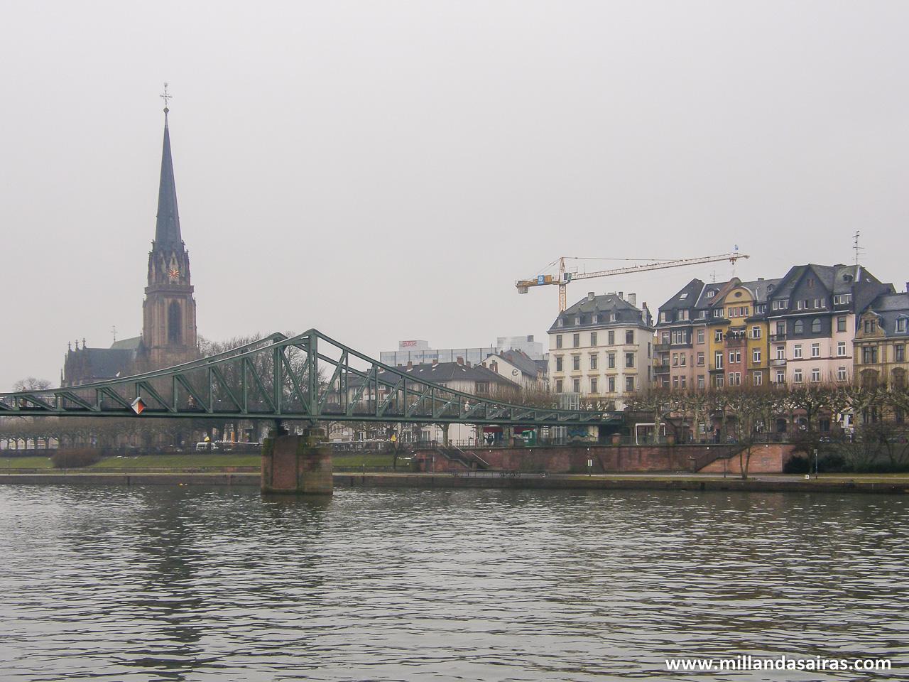 Puente Main y la otra orilla del río