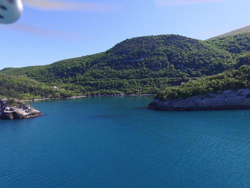 Gideros tenger felőli bejárata, mögötte a hegyekkel