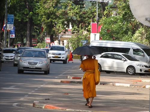 Vientiane: certains moines se protègent du soleil