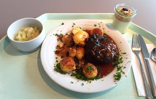Homemade meatball with gravy & roast potatoes / Hausgemachtes Fleischpflanzerl mit Bratensauce & Röstkartoffeln