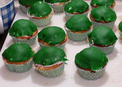 Überzogen mit grün gefärbtem Marzipan :)