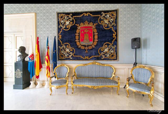Escudo y banderas en Salón Azul