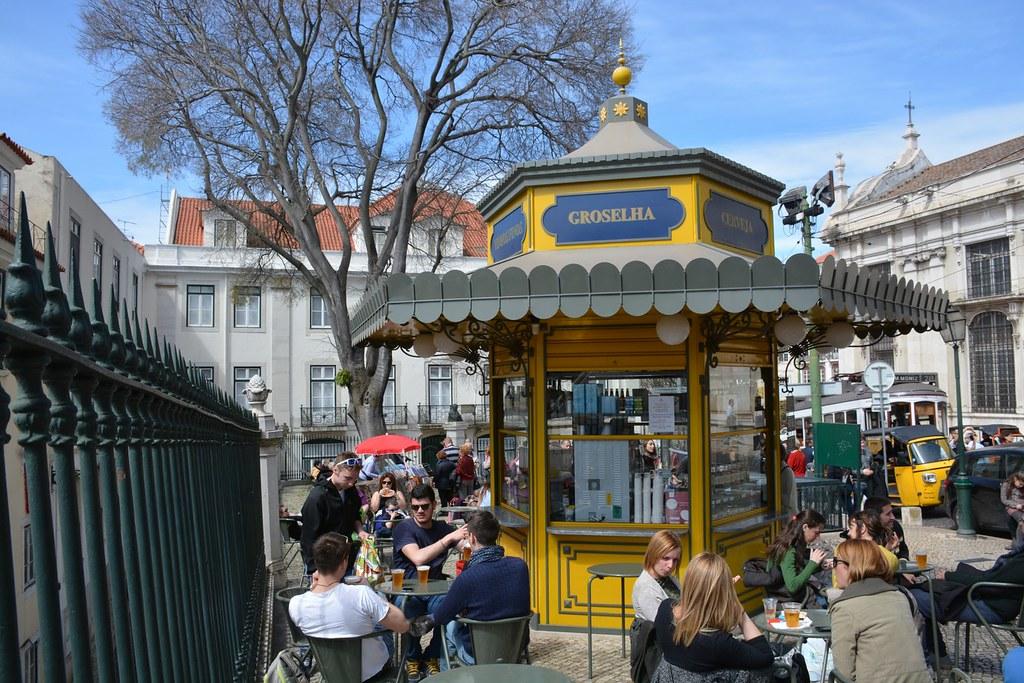 Street kiosk in Alfama (Lissabon 2016)