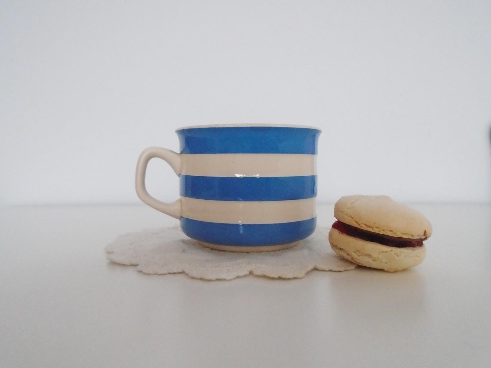 macaron and tea