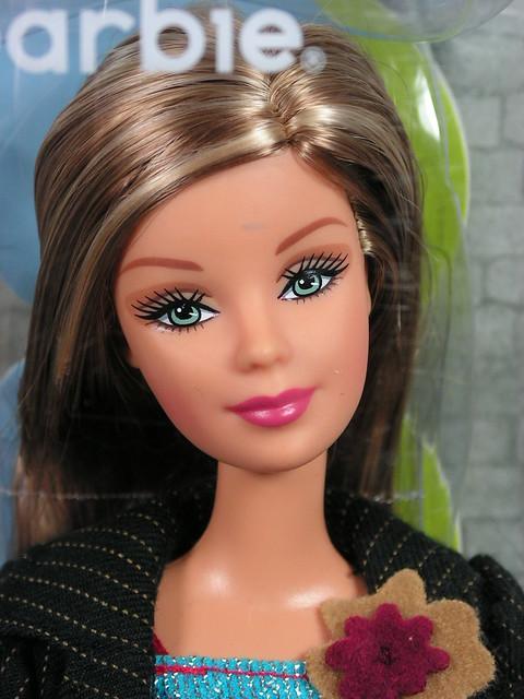 2004 Barbie Fashion Fever Barbie H0660 (1)