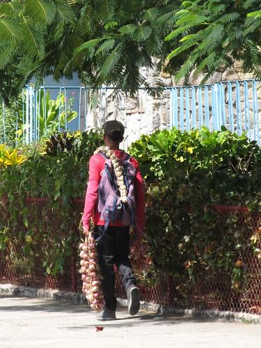 Cienfuegos: un vendeur ambulant  d'ail et d'oignons