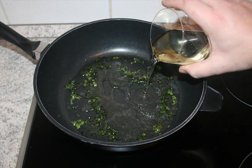 17 - Mit Weißwein ablöschen / Deglaze with white wine