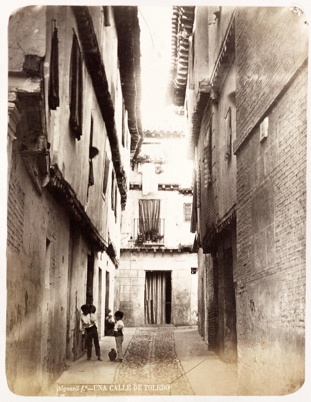 Callejón de Bodegones en Toledo hacia 1879. Álbum de la National Gallery con fotos de Casiano Alguacil.