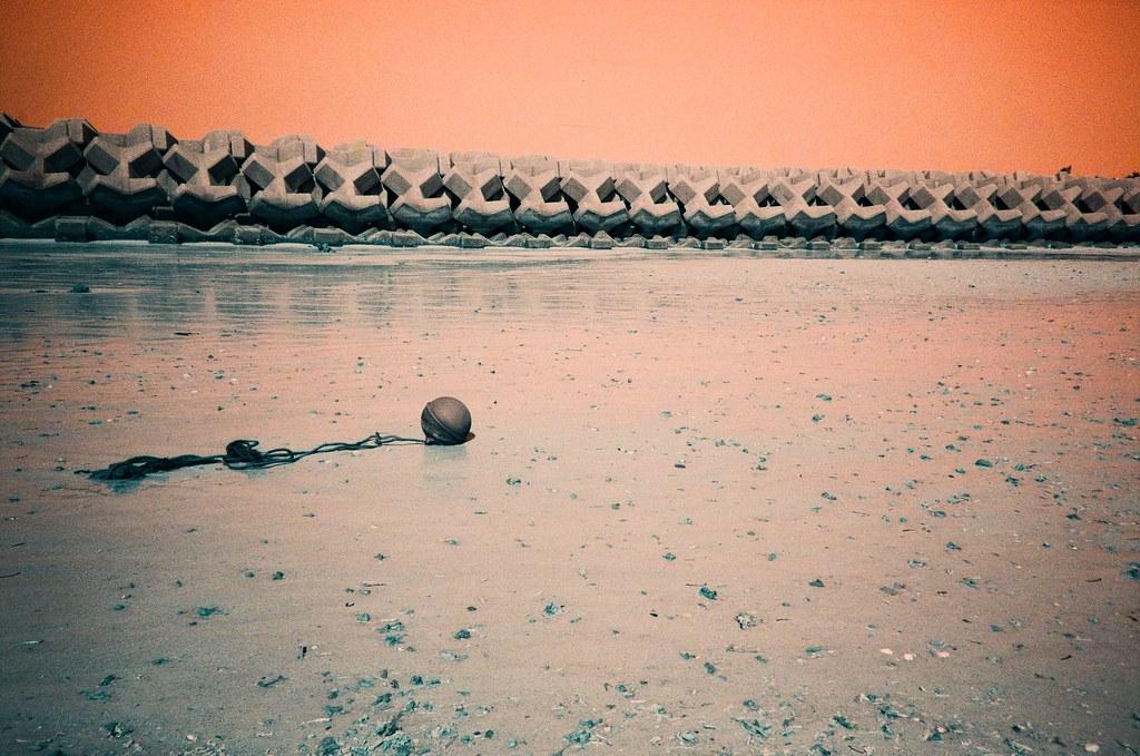 仲泊海岸 Okinawa Japan / Turquoise / Lomo LC-A+ 翻出了好久以前拍的作品,發現一些沒有完成上傳的部分,看著看著想起那時候拍攝當下的感受。  其實我也搞不清楚到底是為你拍的還是為妳拍的。  Lomo LC-A+ Lomography LomoChrome Turquoise XR 100-400 2191-0042 2015-10-26 ~ 2015-10-27 Photo by Toomore
