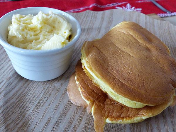 pancakes et beurre au miel
