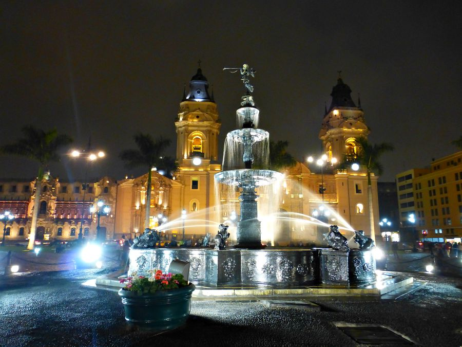 View of the fountain at night in downtown Lima
