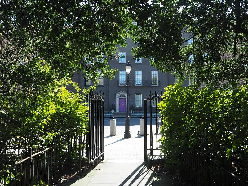 ststephensgreenP4171713, puisto keskellä dublinia, dublin, ireland, irlanti, st.stephens green, city, kaupunki, park, green, vihreä, vehreä, city centre, public park, violetti ovi, purple door, entry, sisäänkäynti, aita, fence,