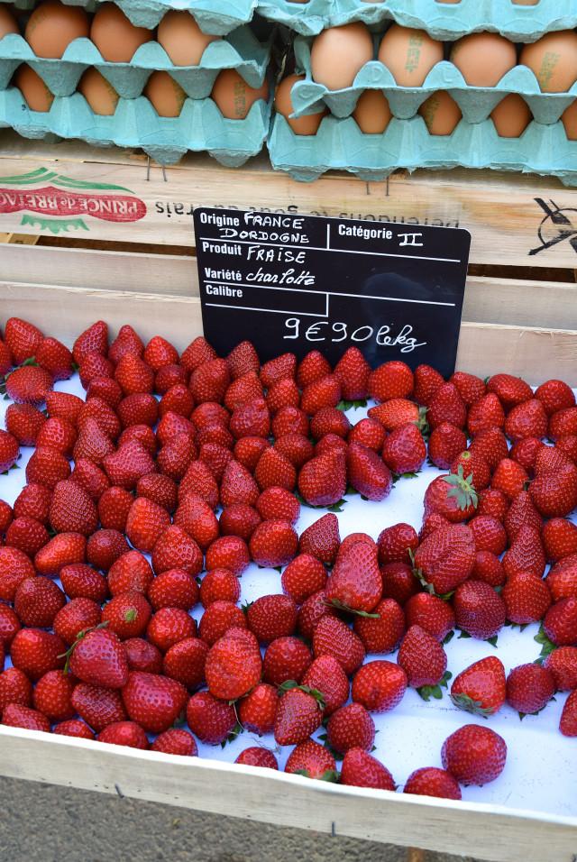 Strawberries at Combourg Market, Brittany | www.rachelphipps.com @rachelphipps
