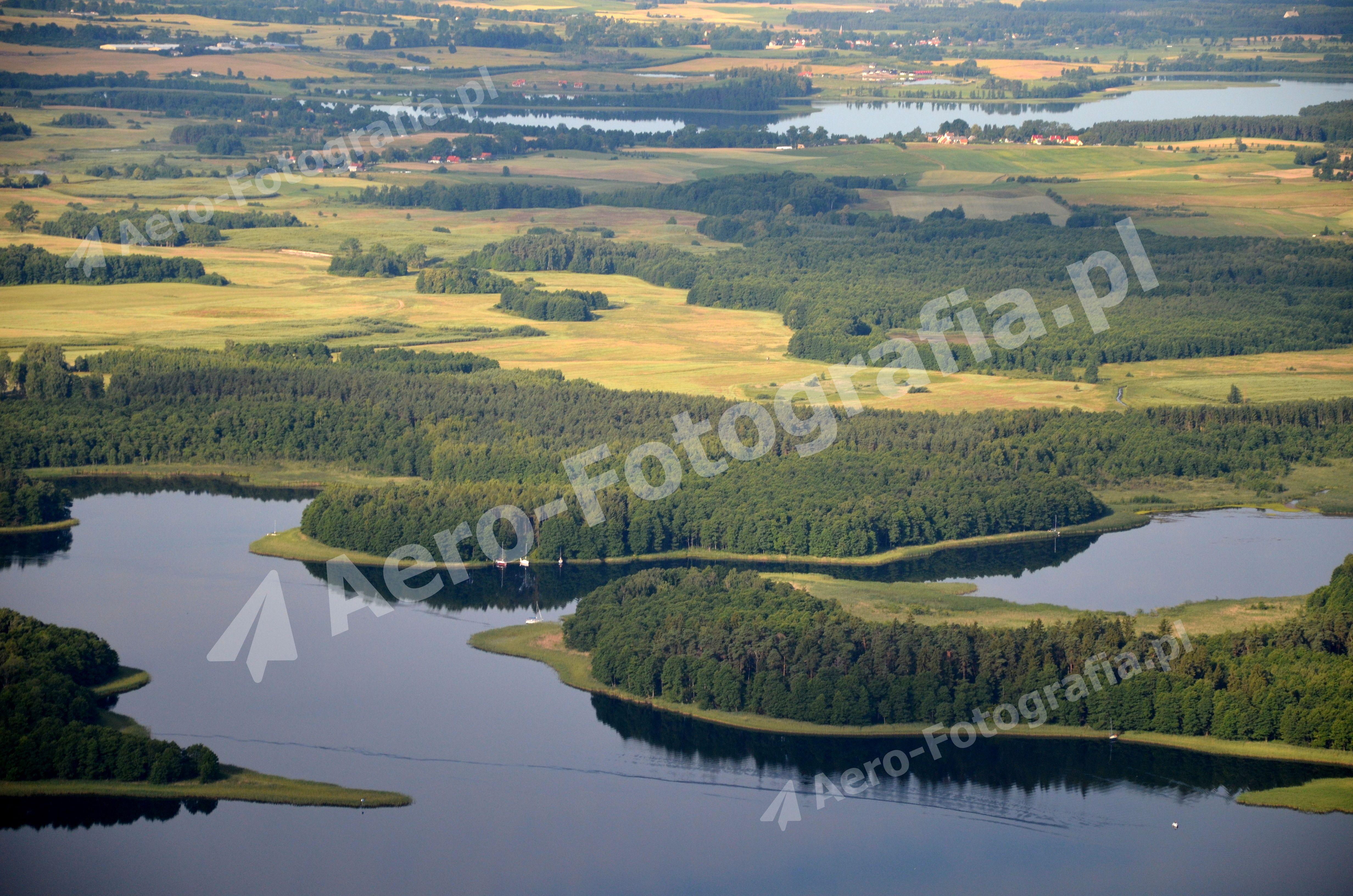 Mazurskie jeziora, wyspy, pola i lasy letnią porą.