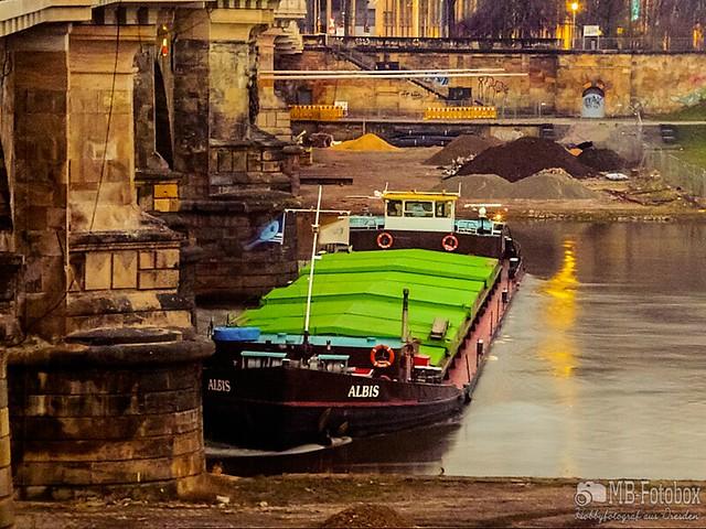 Tscheschicher Frachter blieb an Albertbrücke hängen