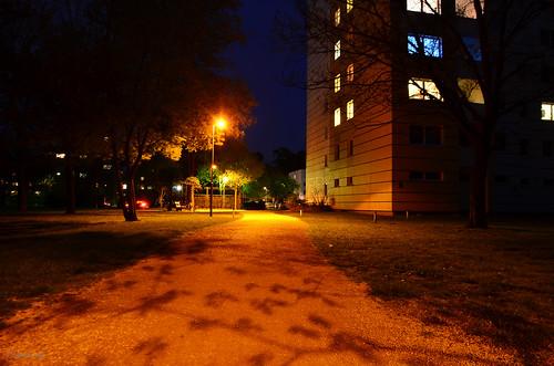 beleuchteter Zugang zu den Häusern