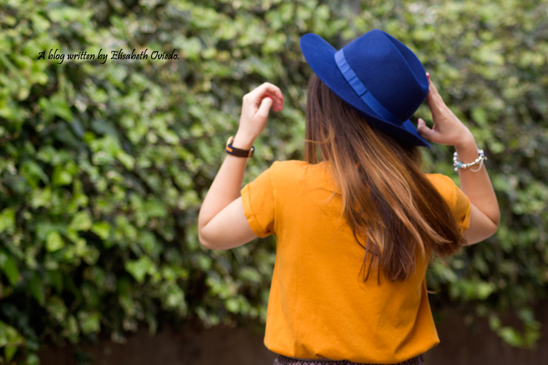 falda bordada azul MANGO HEELSANDROSES blusa mostaza botines marrones marypaz sombrero azul stradivarius (1)