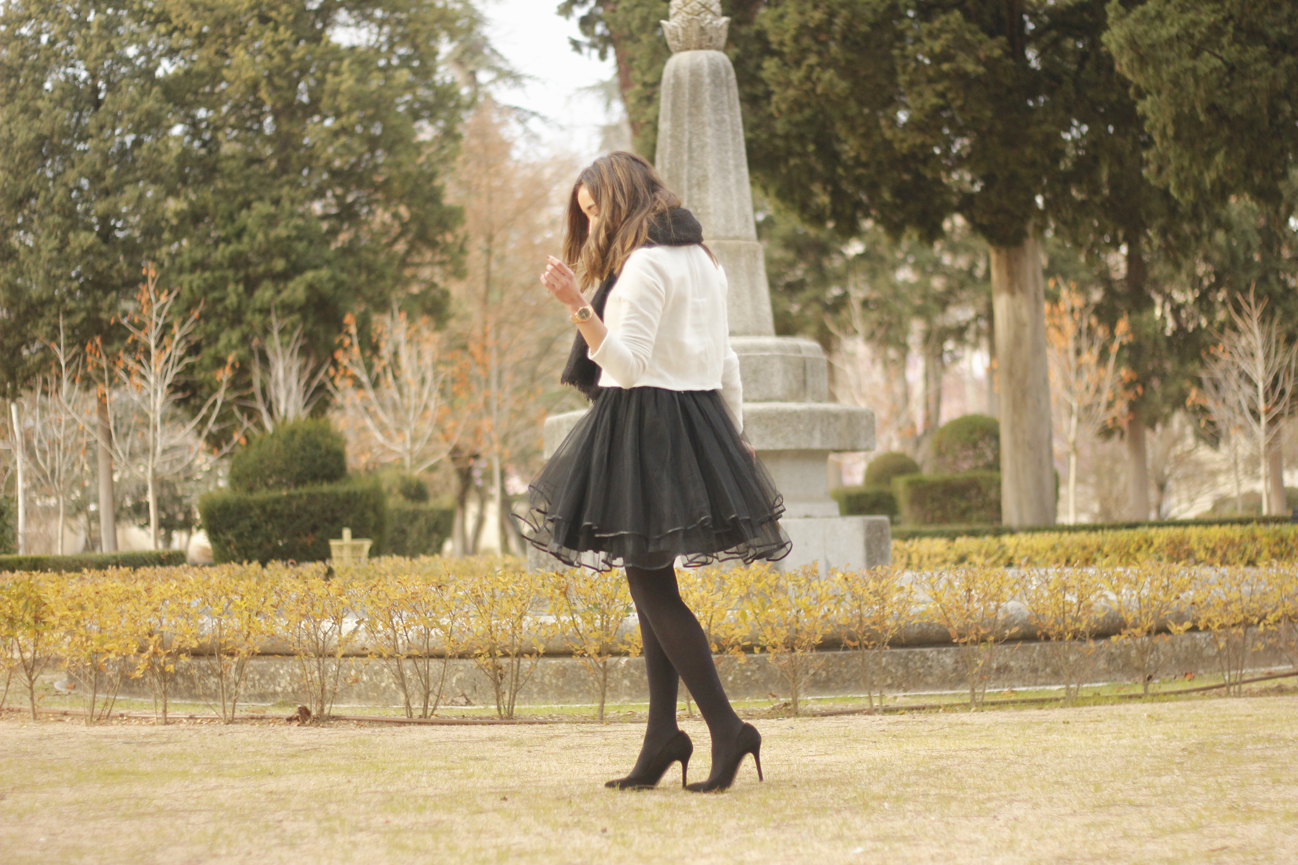 black tulle skirt white sweater black scarf outfit heels18
