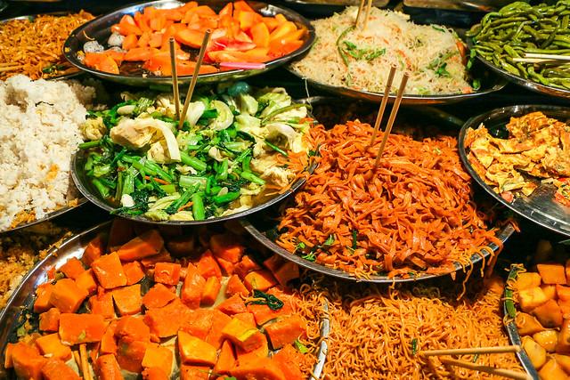 Foods at an open air restaurant, Luang Prabang, laos ルアンパバーン、一皿盛り放題の屋外食堂のおかずたち