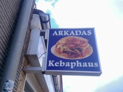 Imagen graciosa de cartel de comidas kebab