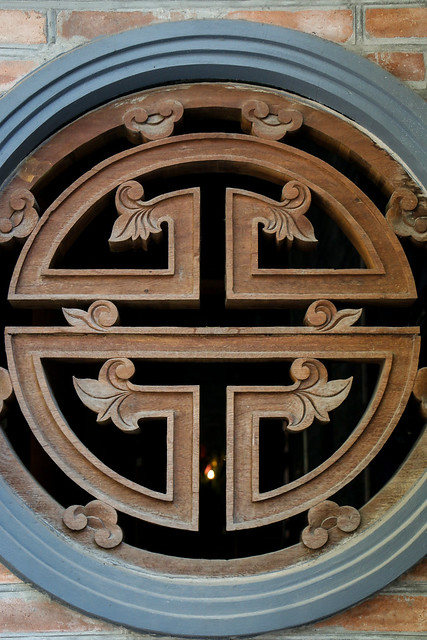 Round window on a buddhist temple, Hanoi, Vietnam ハノイ、お寺の中国風円形窓