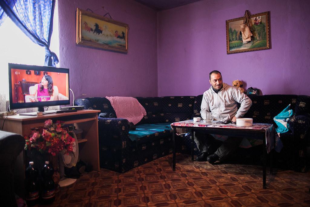 Andi férje otthonukban. A tévét részletre vették az előfizetéssel | Fotó: Magócsi Márton