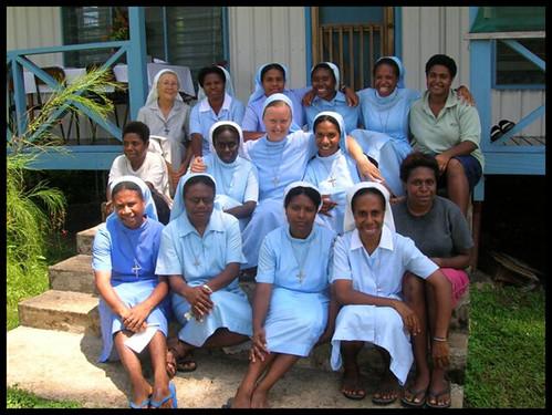 so spolusestrami na Papue Novej Guiney
