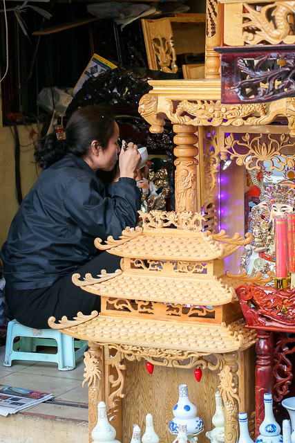 Lunch time at a Buddhist altar shop, Hanoi old city, Vietnam ハノイ旧市街、仏壇屋の昼食タイム