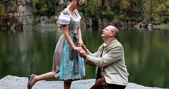 Einen (Heirats-)Antrag machen. Er macht ihr einen (Heirats-)Antrag