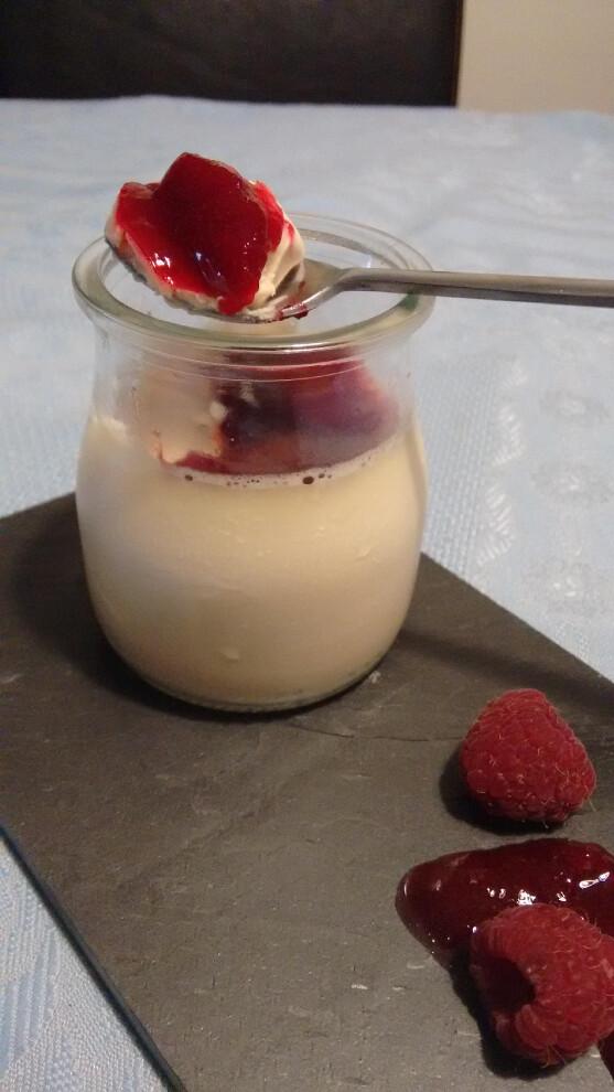 Panna cotta de chocolate blanco a la vainilla con coulis de frambuesa