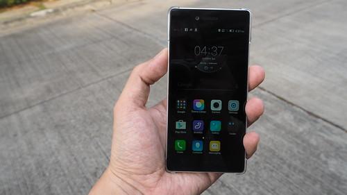 ขนาดของ Lenovo Vibe Shot กำลังพอดีมือใหญ่ๆ ถ้ามือเล็กๆ ก็เต็มไม้เต็มมืออยู่